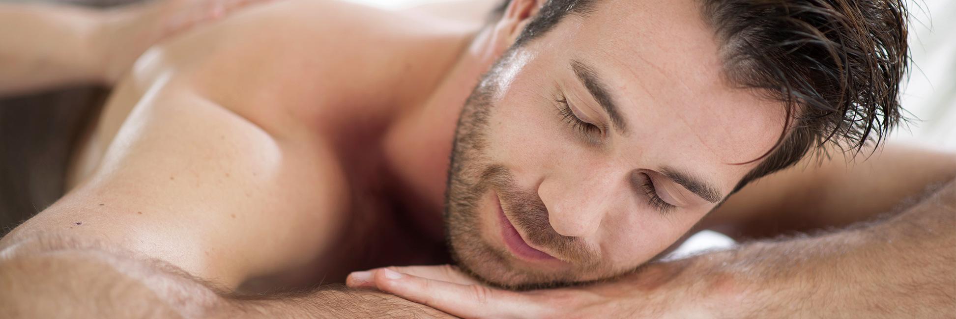 Hotel Gasthof zur Post Mann relaxt bei Massage