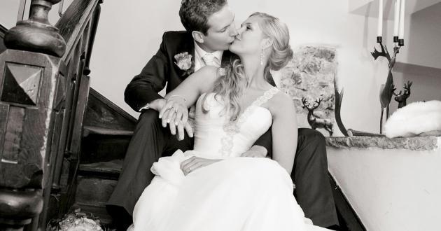 Brautpaar auf Treppe im Gasthof zur Post