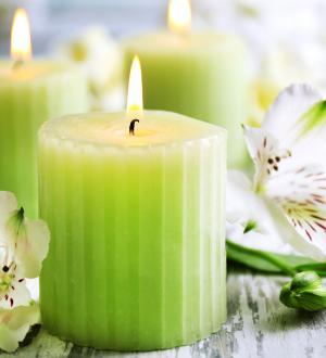 Hotel Gasthof zur Post Wellness-Bereich Deko Kerzen und Blumen