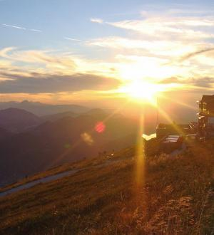 Hotel Gasthof zur Post alpine hut in the evening