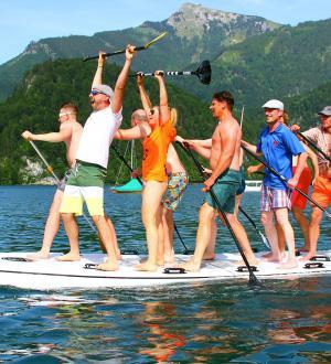 Jubelnde Stand Up Paddle Gruppe beim Legend of Ox Rennen