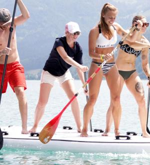 Lustige Stand Up Paddle Gruppe beim Legend of Ox Rennen